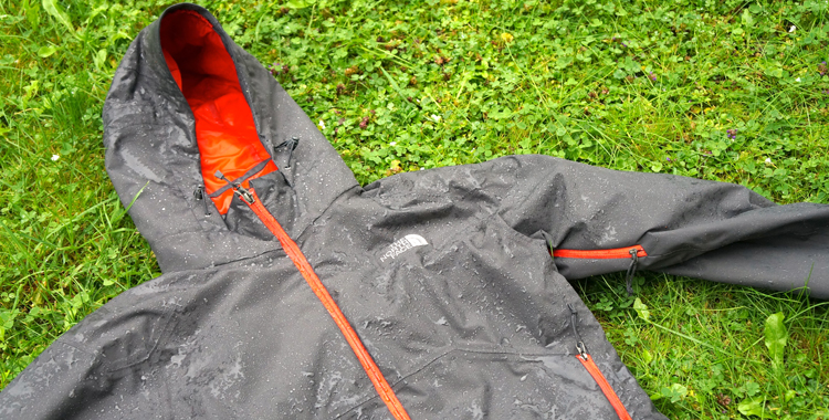North Face Stratos Jacket: Günstige Hardshell im Test